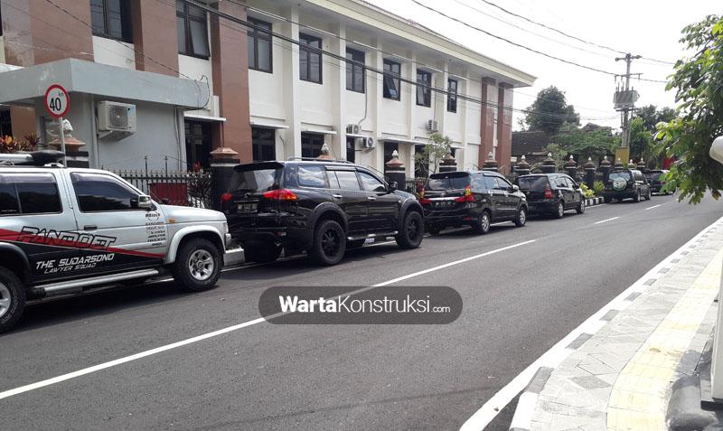 Jalan+Merbabu+di+samping+PN+Sleman+malah+jadi+tempat+parkir+liar